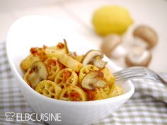 Cashew-Tomaten-Pesto mit Nudeln oder auf's Brot – echt lecker!  #nudeln #tomaten #cashew #pesto #brotaufstrich #champignons #lecker #schnell #vegan #elbcuisine
