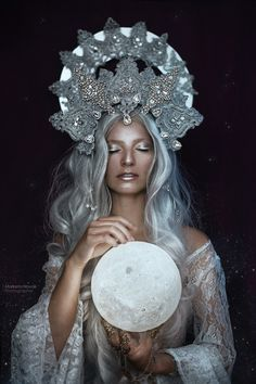 atelier portrait woman with moon, silver hair, fantasy portrait - photo: Marketa Novak model: Bá Moon . atelier portrait woman with moon, silver hair, fantasy portrait - photo: Marketa Novak model: Bára Marková hand jewelry - Ivy design Dark Portrait, Woman Portrait, Fantasy Photography, Portrait Photography, Photography Studios, Inspiring Photography, Creative Photography, Digital Photography, 3 People Costumes