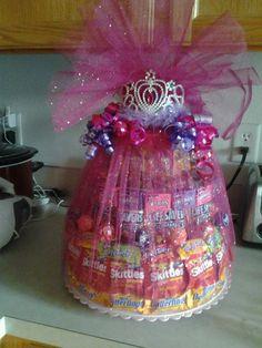 Pastel de barra de dulces envuelto en tul y terminado de decorar con una tiara, para temática de princesas. #FiestaPrincesas
