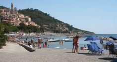 Camping del Mare dispone di una spiaggia con vista sullo spldendido Borgo di Cervo