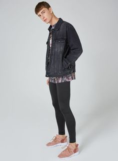 Everything gay in skinny jeans Legging Outfits, Tights Outfit, Leggings Fashion, Tight Jeans Men, Superenge Jeans, Boys Jeans, Queer Fashion, Androgynous Fashion, Male Fashion