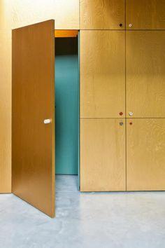 Stained wood - HUYB Ontwerp van een gouden hallmeubel en keuken en een badkamer in opdracht van MADE architects.