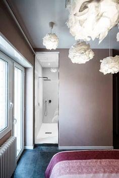 Auf die Seite drehen, sehen wir das einzigartige Dusche-Fenster bietet einen vollständigen Blick in die Dusche aus dem Schlafzimmer. Diese voyeuristischen Funktion ist sicher ein Hit mit Paaren.