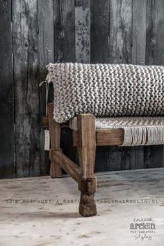 Greys and wood deco styling ideas with chunky and delicate textures for this Deco Friday! Just ideas and yarn textures that caught my eye, enjoy! Home Interior, Interior Design, Room Deco, Knit Pillow, Bolster Pillow, Warm Blankets, Home And Deco, Sweet Home, Modern Retro