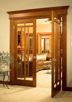 Распашные классические межкомнатные двери в интерьере гостиной.