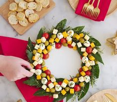 Aperitif Cheese platter Christmas wreath - Aperitif Cheese Tray Christmas wreath – a recipe without cooking, easy and quick to make to impre - Christmas Cheese, Christmas Party Food, Christmas Cooking, Snacks Für Party, Appetizers For Party, Appetizer Recipes, Party Party, Ideas Party, Cake Party