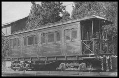 Το πολυτελές βασιλικό βαγόνι που κατασκευάστηκε στο εργοστάσιο του Σ.Α.Π. και παραχωρήθηκε σαν δώρο για τα 25 χρόνια βασιλείας του Γεωργίου του Α'. Παρουσιάστηκε για πρώτη φορά στην Διεθνή Έκθεση του Ζαππείου το 1888. (Αρχείο ΗΣΑΠ)