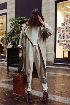 Frauen, habt die Hosen an Woman Coats woman within trench coat Stylish Street Style, Street Style 2018, Style Casual, Simple Style, Street Styles, Look Fashion, New Fashion, Trendy Fashion, Fashion Outfits