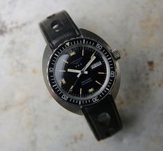 An automatic Longines Record from 1970. Original black dial, original hands. Automatic movement, 19,800 bph (5.5 beats per second), caliber ETA 2636, Incabloc shock protection, Stainless steel case, 40mm without crown, signed screw back. The piece is in original condition and keeps very good time. We have fully serviced and regulated the movement.