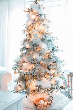 33 Amazing Winter Christmas Tree Design And Decor Ideas Christmas Tree Design, Christmas Tree Tumblr, Flocked Christmas Trees Decorated, Snowy Christmas Tree, Winter Wonderland Christmas, Christmas Tree Themes, Merry Little Christmas, Pink Christmas, Winter Holiday