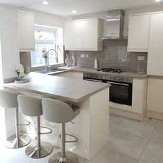 For our 100 Beautiful Kitchens competition, we asked builders to share photos of a Howdens kitchen they have installed. This is our Clerkenwell Ivory and Grey kitchen, shared by @leannescakehouse on Instagram. For more inspiration, visit Howdens.