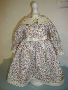 Puppenkleid-antik-Stil-Kragen-bestickt-Streubluemchen-Spitze-Gr-50-Unikat