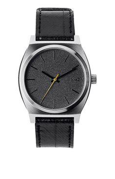 La Time Teller est l%u2019une de ces montres qui ont fait le renom de Nixon. Des milliers d%u2019utilisateurs ont d�j� �prouv� ses qualit�s. Ses lignes �pur�es tranchent avec une philosophie trouble, tandis qu%u2019un concept simple et puissant permet de rester pr�cis.