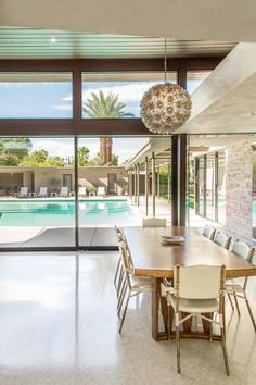 This photo pretends to be about the hip dining room, but it's really about the view, the expansive pool, and that magnficent palm tree. Palm Springs Houses, Palm Springs Style, Palm Springs California, Palm Springs Real Estate, Home Design Decor, House Design, Home Decor, Palm Springs Mid Century Modern, Storey Homes