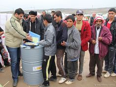 Um den Flüchtlingen in der Region Dohuk im Norden des Irak zu helfen, versorgt der Arbeiter-Samariter-Bund die Betroffenen mit Winterkleidung, Teppichen, Plastikplanen, Brennmaterial und Gasöfen.