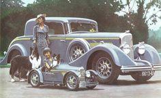 En juin 1934, A. Kow représentait Panhard au concours d'élégance de Bagatelle. Pour l'occasion, il imagina cette mise en scène dans laquelle son épouse et la petite fille étaient vêtues d'un même bleu, mais aussi les deux Panhard, les chaussures, le sac à main de madame, et même la laisse du chien. Source : http://leroux.andre.free.fr/dessinakow.htm