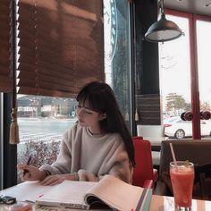 She looks so pretty even when she's studying *-* Best Picture For studying motivation emma watson Fo Mode Ulzzang, Ulzzang Korean Girl, Cute Korean Girl, Asian Girl, Korean Aesthetic, Aesthetic Girl, Aesthetic Writing, Studying Girl, Korean Student