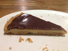 Cette tarte est facile à faire au Thermomix. Elle est assez dense donc une tarte suffit pour une dizaine de personnes. Le caramel au lait concentré ressemble à du chocolat blanc. Il faut la préparer quelques heures à l'avance. La pâte à tarte : lien vers...