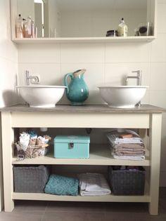 Meer sfeer in je nieuwbouwhuis met een houten sidetable waar 2 waskommen op zijn geplaatst