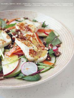 Kontrastien salaatti: rapean rouskuvaa omenaa, porkkanaa ja retiisiä, pehmeän suolaista halloumia, sekä miedontulista kastiketta. Testasin paria eri omenalaatua ja huomasin että sellainen vihreä Grann