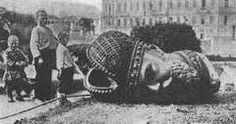 nadat de tsaar werd afgezet. werd alles wat nog met hem te maken had kapot gemaakt of in brand gestoken. het was een nieuw begin voor Rusland