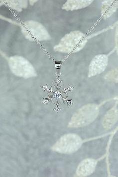 ACCESSOIRE : Pour habiller le décolleté.    #accessoire #bijoux #collier ------ par TigerGemstones