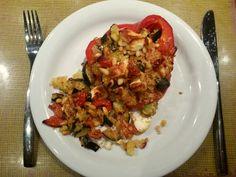 Opgevulde paprika met quinoa, courgette, zongedroogde tomaten, pijnboompitten en feta