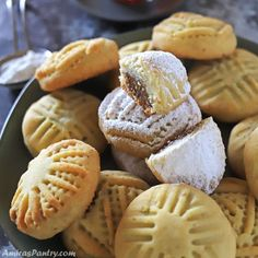 Maamoul date cookies are one of the famous middle eastern cookies especially in religious days. Eid Biscuit Recipes, Cookie Recipes, Yummy Recipes, Date Cookies, Holiday Cookies, Chicken Francese Recipe, Egyptian Food, Egyptian Recipes, Semolina Cake