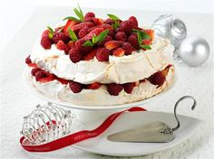 Pavlova Layer Cake with Red Berries oh if I could have a lower sugar one!Aussie Pavlova Layer Cake with Red Berries oh if I could have a lower sugar one! Summer Desserts, Just Desserts, Delicious Desserts, Dessert Recipes, Summer Recipes, Pavlova Cake, Pavlova Recipe, Anna Pavlova, Meringue Pavlova