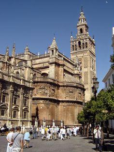 Ana está vivía para seis meses en Sevilla con la familia de Marco. Sevilla es una bonita ciudad.