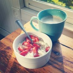 LOW CARB BREAKFAST:Cottage Cheese and Strawberries with A Sprinkle of Stevia