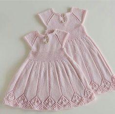 Til Lillesøster Og Storesøster Baby Knitting Patterns, Knitting For Kids, Crochet For Kids, Baby Patterns, Crochet Baby, Knit Baby Dress, Knitted Baby Clothes, Knitted Baby Cardigan, Diy Crochet Sweater