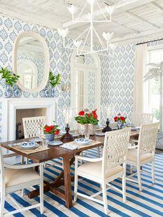 Blue and white dining room in Palm Beach house on Thou Swell #hometour #palmbeach #diningroom #coastaldecor