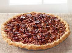 Pecannotentaart is een Amerikaanse klassieker die onder de naam Pecan Pie traditioneel met Thanksgiving geserveerd wordt. Met dit recept maak je hem zelf.
