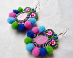 Hand Embroidery Flowers, Imitation Jewelry, Soutache Jewelry, Hippie Jewelry, Button Crafts, Diy Jewelry Making, Fashion Earrings, Flower Power, Crochet Necklace