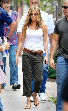 Jennifer Aniston Style and Fashion - Abercrombie & Fitch Kelsey pant in Olive - Celebrity Style Guide Jennifer Aniston Style, Jenifer Aniston, Summer Outfits, Casual Outfits, Cute Outfits, Celebrity Style Guide, Love Her Style, Look Chic, Mode Style