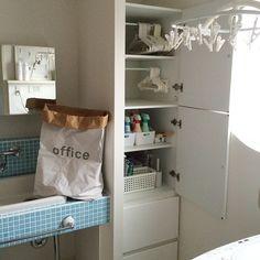 Instagram media by rea_bun414 - . ランドリーのキャビネット。 . . ハンガーは大きさ別に吊るして収納しています。 . 手前にちょこっと見えている洗濯機から取り出して→ハンガーを取って→上の竿に干す。(天井にホスクリーンがつけてあります) . 体をほとんど動かさないラクラクお洗濯。洗濯物が多いのでとても助かります(*´︶`*) . . 洗剤は洗濯用、掃除用をそれぞれセリアのケースに入れて収納。 . ストック類は手前に置いて、ひと目でわかるようにしています。 . . 脱いだ物はいったんこちらのペーパーバッグに。 色合いで選んだらofficeロゴになりました…(*´艸`*) . . 今日は☂なのでちょこっとだけお洗濯。 油断するとものすごい量になります(*ノз`*) . 夏はもっと増えるかなぁ… 恐ろしい…(๑•﹏•๑*) . #マイホーム#myhome #インテリア#interior #ナチュラルインテリア#洗面所#ランドリー#収納#暮らし#日々