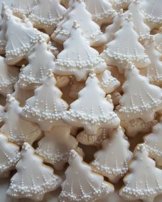 100 Christmas Cookies Decorations That Are Almost Too Pretty To Be Eaten - Hike n Dip Christmas Sugar Cookies, Christmas Cupcakes, Christmas Sweets, Christmas Goodies, Holiday Cookies, Holiday Treats, Gingerbread Cookies, Tree Cookies, Cupcake Cookies