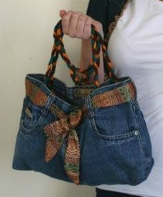 How to Make a Denim Purse Denim jeans have a lot of character and style, even if they're worn out or outgrown. You can transform that style into a unique purse. All you need is an old pair that you (Diy Ropa Jeans) Cut Up Shirts, Old T Shirts, Diy Jeans, Diy Denim Purse, Diy Bags Jeans, Levis Jeans, Diy Fashion, Ideias Fashion, Fashion Ideas