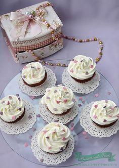 Cupcakes cu Pere si Crema de Mascarpone, un dulce rapid delicios cu pere si crema de mascarpone.O prajitura simpla si buna preparata in casa. Mini Cupcakes, Sweet Tooth, Muffins, Deserts, Food And Drink, Dessert Recipes, Cookies, Natural, Handmade