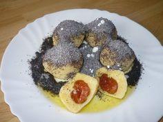 ZEMIAKOVÉ GULKY - 4 ks zemiaky uvarené v šupke, 2 vajíčka, 1 1/2 Lc Gustin (potato starch), polohrubá múka kolko zemiaky zpotrebujú, sol, zavárané slivky POSYPKA: mak s cukrom;     Vychladnuté zemiaky postrúham, osolím, pridám vajcia, múku a Gustin. Zpracujem cesto, urobím šúlok, nakrájam na 3 cm hrúbku. Urobím placku, vložím slivku, zagúlam. Varím v osolenej vode, ked vyplávajú na povrch, sú hotové. Polejem roztopenym maslom, posypem makom.