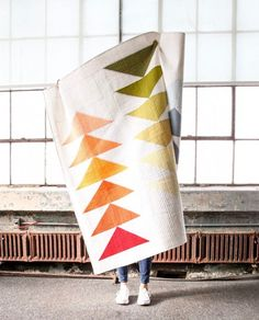 This striking quilt pattern is a modern interpretation of the traditional flying geese block and is perfect for beginning all the way to seasoned quilters! Modern Quilting Designs, Modern Quilt Patterns, Quilt Patterns Free, Loom Patterns, Crazy Quilting, Quilting Fabric, Hand Quilting, Patchwork Vol D'oie, Quilts Vintage