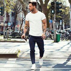 Acheter la tenue sur Lookastic: https://lookastic.fr/mode-homme/tenues/t-shirt-a-col-rond-blanc-pantalon-chino-bleu-marine-tennis-blancs/19518 — T-shirt à col rond blanc — Montre argenté — Pantalon chino bleu marine — Tennis blancs