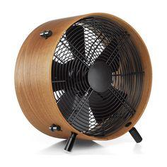 Otto de houten design ventilator.  Blaast wind uit een retro vintage behuizing.