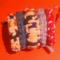 Trapillo DIY pulseras rigidas forradas con nudos de trapillo.
