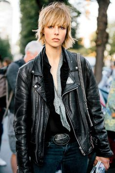 Edie Campbell Street Style in Paris Fashion Week S/S 2016 - Black Haircut Styles Cute Hairstyles For Short Hair, Short Hair Cuts For Women, Celebrity Hairstyles, Diy Hairstyles, Hairstyle Ideas, Haircuts, Edie Campbell, Medium Hair Styles, Natural Hair Styles