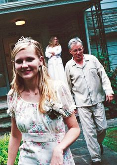 """Kirsten Dunst, James Woods and Kathleen Turner on the set of """"The virgin Suicides"""" (Sofia Coppola, 1999)"""
