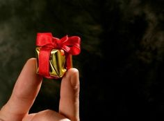 How to Improve Your Little Gift (English) Little Gifts, Christmas Tree Decorations, Improve Yourself, English, Namaste, Html, Fun Stuff, Household, Gold