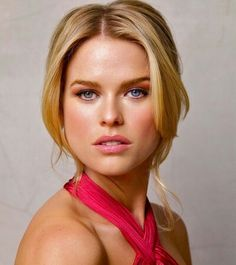 Alice Eve- her eyes are totally two different colors