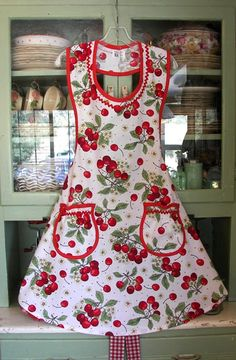 Cute Homemade Aprons- I love the neck on this! Vintage Apron Pattern, Aprons Vintage, Vintage Sewing, Retro Apron Patterns, Dress Patterns, Vintage Sheets, Sewing Patterns, Victorian Aprons, Mode Pin Up